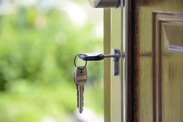 מפתח בדלת - דלת פתוחה